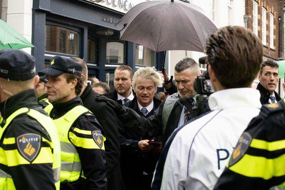 Geert Wilders wordt in Heerlen begroet door omstanders op de markt. De PVV-leider deelt flyers uit in aanloop naar de verkiezingen in Nederland.