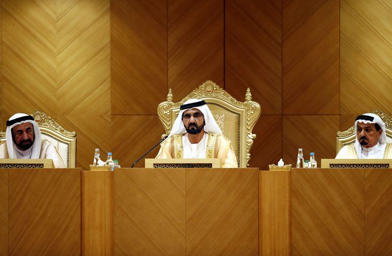 Sultan Bin Mohammed Al Qasimi van Sharjah (L) naast de leider van Ajman (R) en Dubai (M).  Beeld EPA