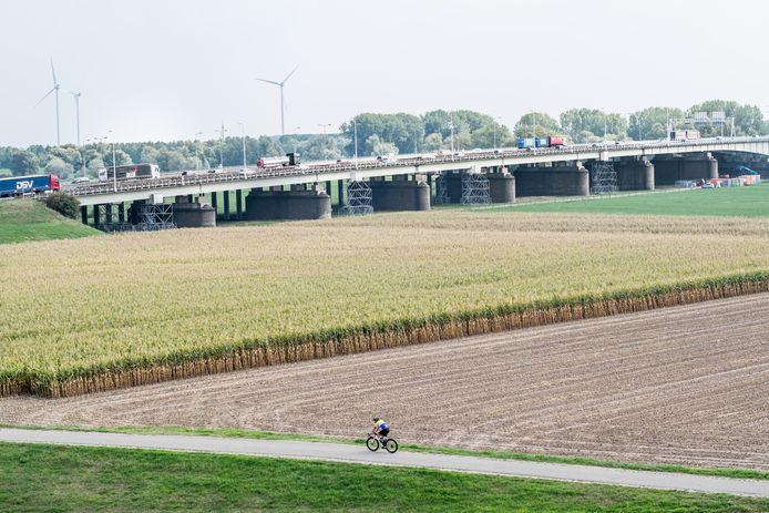 De IJsselbrug over de A12 tussen Arnhem en Westervoort.