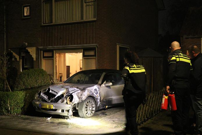 Mercedes met een nieuwwaarde van ruim 70.000 euro brandt uit in De Meern.
