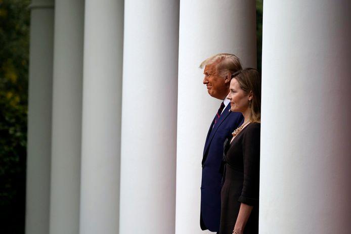 President Donald Trump  en Amy Coney Barrett bij het Witte Huis.