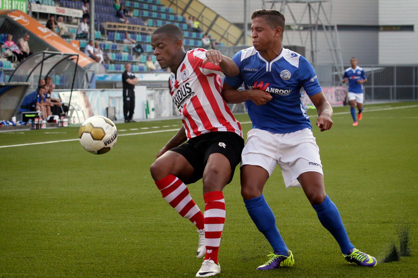 Archiefbeeld: Ayrton Statie (rechts) duelleert als voetballer van FC Den Bosch met Giovanni Hiwat van Sparta.