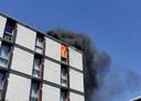 Het vuur laaide op de bovenverdieping van het appartementencomplex op.