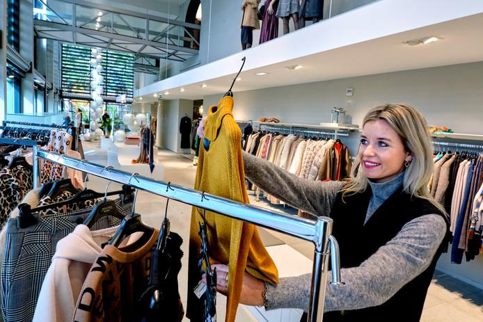 Personal dresser Chayenne Oosterling zoekt de nieuwste trends bij elkaar voor haar klanten.