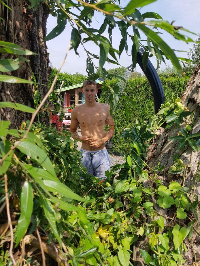 'Zo kom ik de dag door: van douche in de tuin naar zwembad en terug', schrijft Noah Geus bij deze foto.