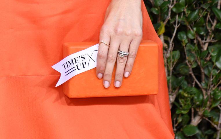 De Amerikaanse actrice D'Arcy Carden op de rode loper: in haar hand houdt ze een plaatje met 'Time's Up', de beweging die slachtoffers van seksueel misbruik financieel ondersteunt.