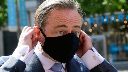 """De Wever (mét mondmasker) bezoekt winkels op de Meir: """"Bezoekers tellen op basis van gsm-signalen"""""""
