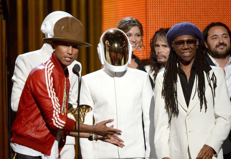 Pharrel Williams (L), Daft Punk en Nile Rodgers nemen een Grammy voor hun hit 'Get Lucky' Beeld ANP