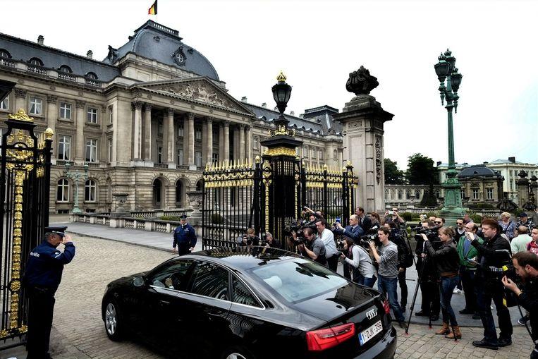 Premier Elio Di Rupo komt het ontslag van zijn regering aanbieden op het paleis in Brussel.