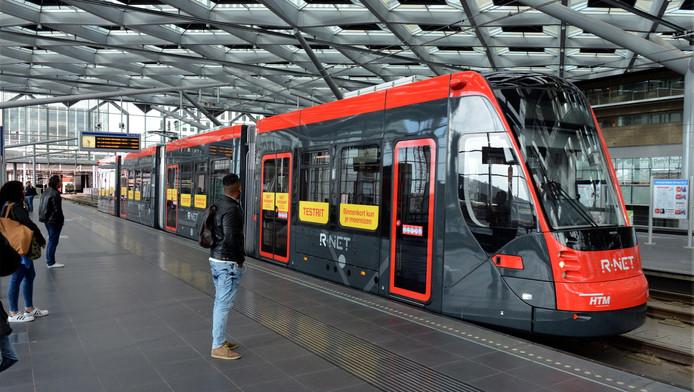 De roodgrijze Avenio arriveert op het tramplatform boven Den Haag Centraal.