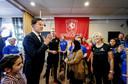 Premier Mark Rutte in de kantine van voetbalclub Victoria'28 waar hij projecten theemutsen, beweegkriebels en sportbeleid bezoekt.