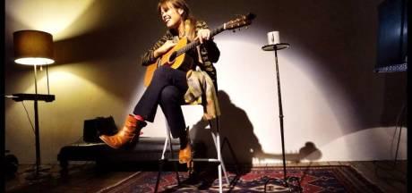 Fay Lovsky zingt in School van Frieswijk