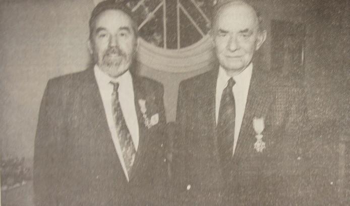 April 1990: Henk Basten en Henk Ederveen worden als oudwethouders van de gemeente Gendt geridderd. Foto DG