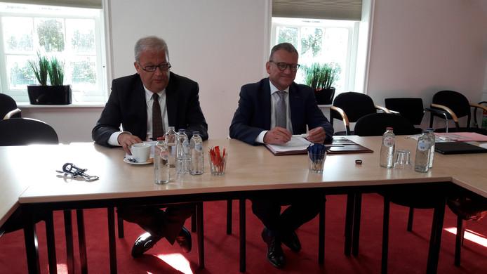 De topmannen van Zeeland Seaports en Havenbedrijf Gent, Jan Lagasse (links) en Daan Schalk, tijdens de persconferentie.