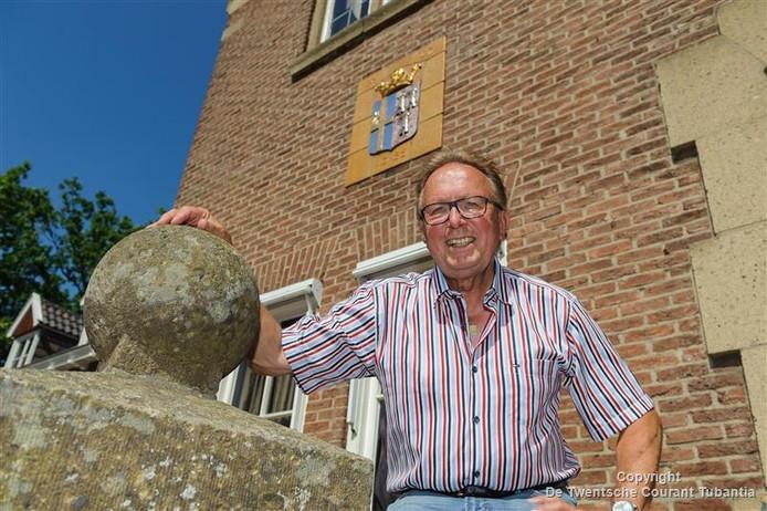 Gerard Flinkers voor het oude gemeentehuis in Weerselo.