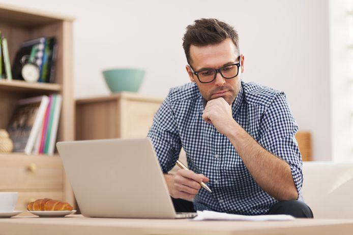 Als je thuis werkt, moet je je scherm op ooghoogte hebben. 'Anders krijg je last van een gierennek.'