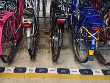 Uittocht fietsen aan Spoorlaan Oss begonnen: forenzen steken massaal straat over naar stalling ProRail