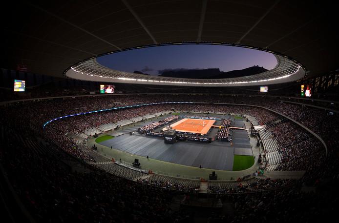 Het Kaapstad Stadion is afgeladen met 48.000 fans voor het tennisdubbel Roger Federer/Boll Gates-Rafael Nadal/Trevor Noah.