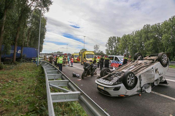 Een personenauto belandde bij het ongeluk op z'n kop op het wegdek.