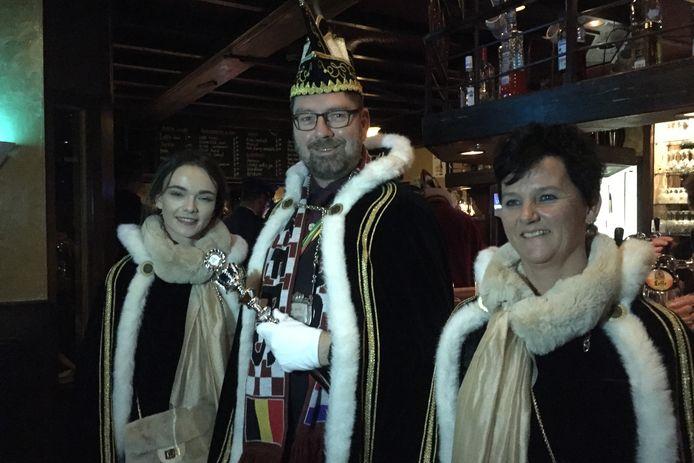Prins Riesjaar d'n Irste met zijn hofdames Nele en Chantal van Smokkelgat