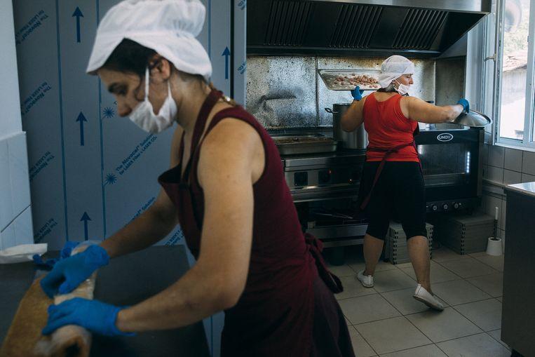 Yana is in Luti Brod, een dorp, op anderhalf uur afstand van Sofia een soepkeuken begonnen. Haar kokkinnen koken iedere weekdag eten voor vooral oudere mensen in de omgeving.  Beeld Marlena Waldthausen