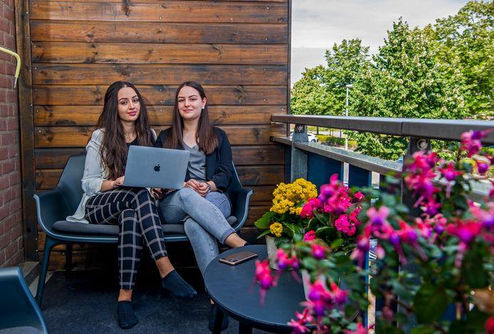 Vlera (l) en zus Jeta bereiden zich met het Pre Academic Programme van de Erasmus Universiteit voor op hun nieuwe studie.