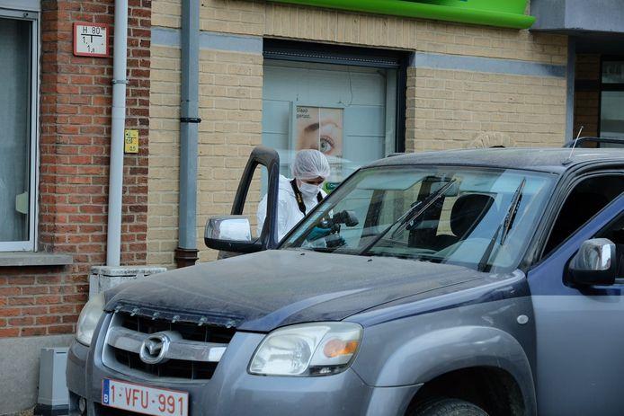 De politie onderzoekt de gestolen 4x4 met aanhangwagen.