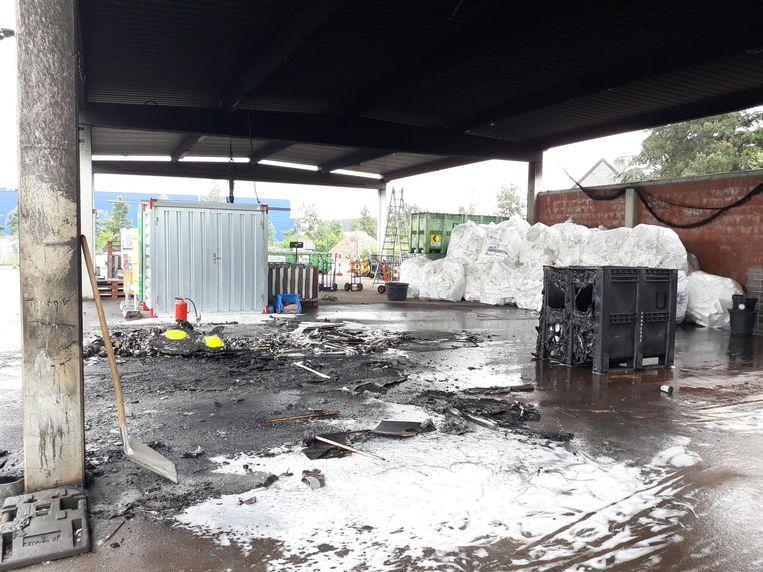 De loods in het containerpark waar de brand ontstaan is.