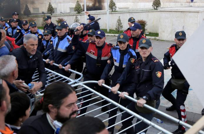 De politie grijpt in bij protesten in de Albanese hoofdstad Tirana.