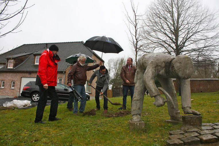 Het Milieufront Omer Wattez plantte een herdenkingsboom ter hoogte van de kerk in Zegelsem.