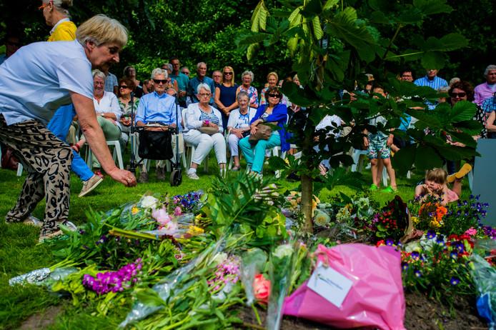 Een ceremonie bij de Anne Frankboom tijdens het Wandelparkfestijn van 2018.