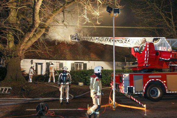 Dinsdagavond werden de bewoners opgeschrikt door een brand in het rieten dak van de woning.