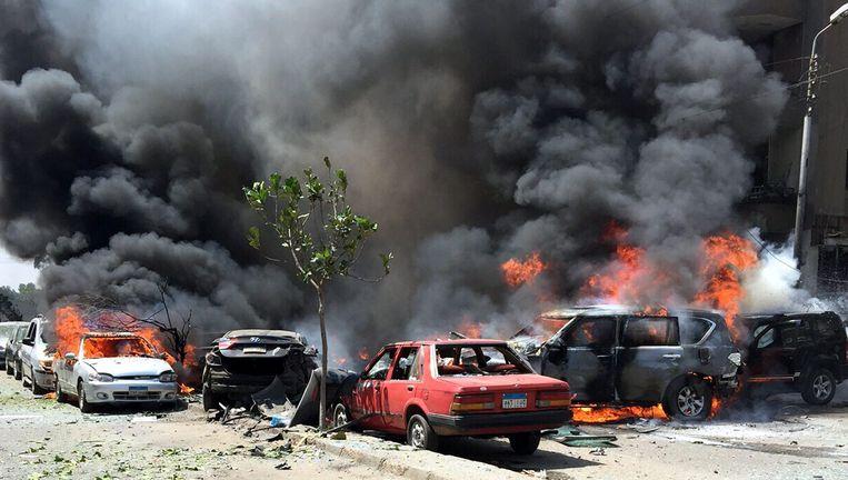 Uitgebrande auto's na de aanslag op het konvooi van Barakat. Beeld epa