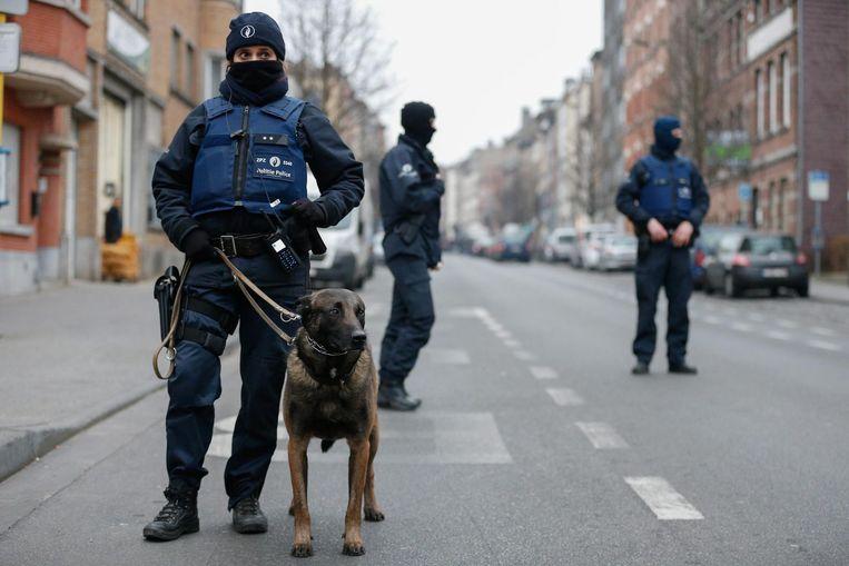 De Belgische politie tijdens een anti-terreuractie in Molenbeek op 18 maart van dit jaar. Beeld anp