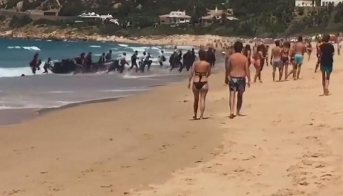 Een bootje met vluchtelingen komt aan op het Playa de Alemanes in Cádiz.