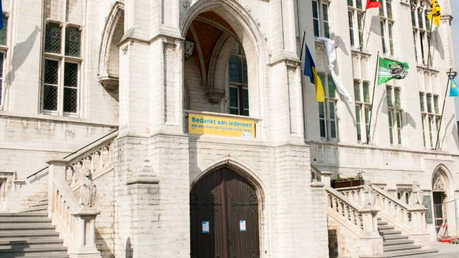 Nieuw in politiereglement: niet meer zitten, eten of drinken op trappen stadhuis