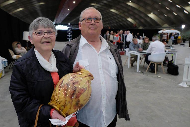 Frans en Julia Van Assche met hun vaas op de BRAS Rommelmarkt.