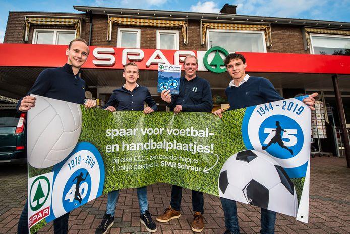 Lars Roord , Jurran Visschedijk , Martin Schreur en Thomas Jansink (vlnr) presenteren het plaatsjesboek van de jubilerende  SV De Lutte dat vanaf vandaag verkrijgbaar is bij de lokale supermarkt.