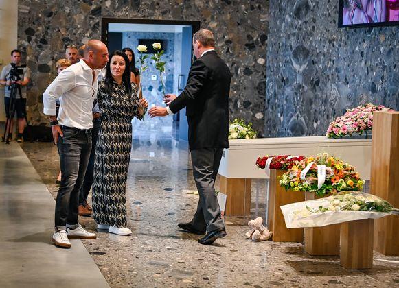 De mama van Kayleigh en stiefvader Wim namen afscheid van hun dochter.