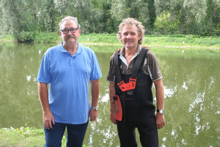 Secretaris Jean Stienen en voorzitter Philippe Smets aan hun visvijver.