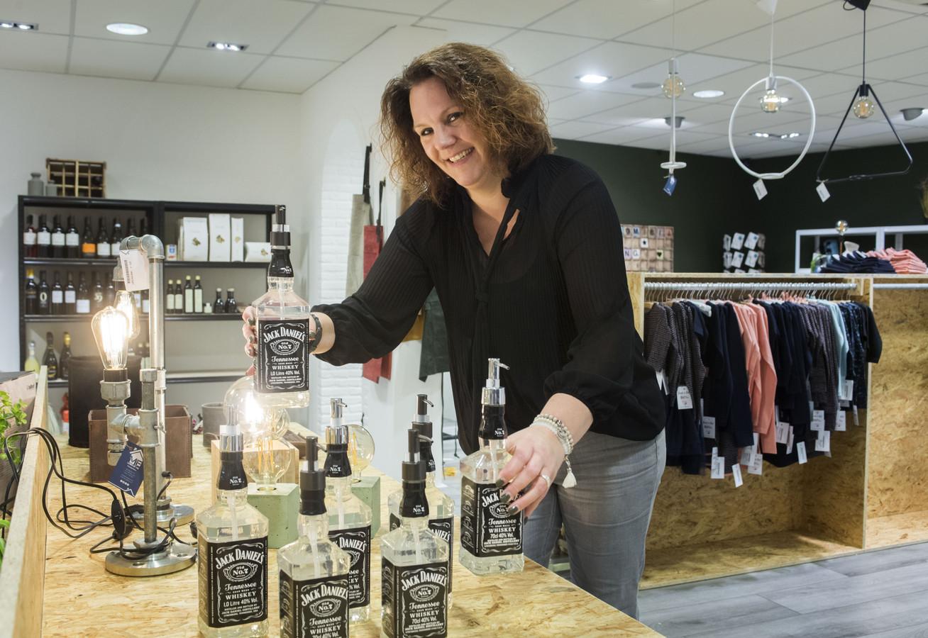 Van whiskyflessen als zeepdispenser tot eigentijdse lampen op steigerpijp: Martine Makkink opent conceptstore Living by ME in winkelpand aan Muraltplein in Borculo waar van 58 aanbieders collecties worden verkocht.