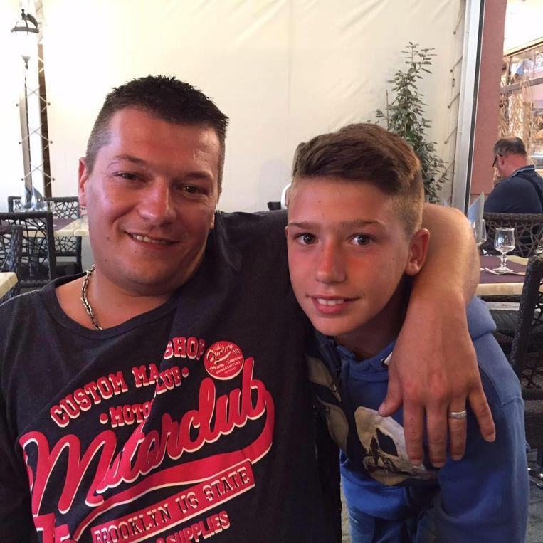 Christophe Heugebaert kwam om bij een arbeidsongeval in Kortrijk. Op de foto samen met zijn zoon Juan(14).