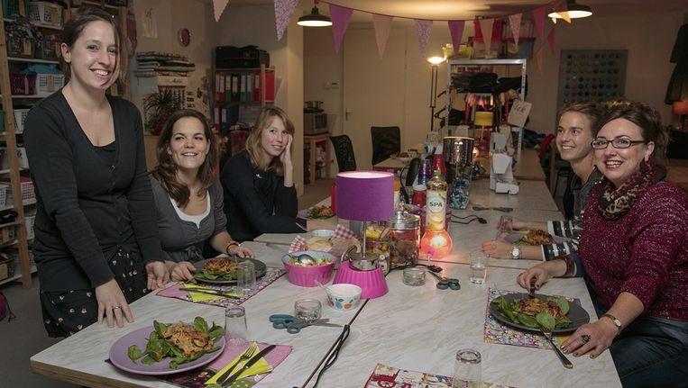 Marieke (l) heeft net voor haar cursisten gekookt Beeld Dingena Mol
