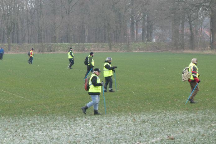 Vrijwilligers zoeken naar de dan nog vermiste Bart van Betuw