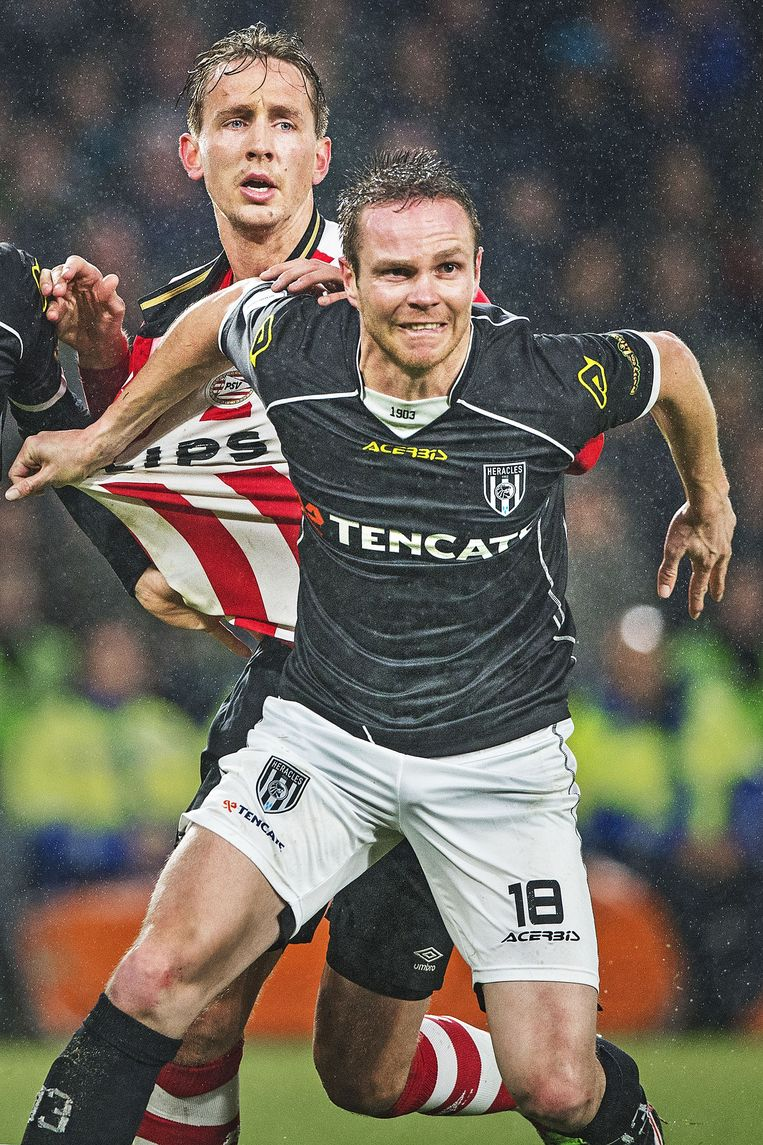 Ramon Zomer in duel met Luuk de Jong (PSV). Beeld Guus Dubbelman / de Volkskrant