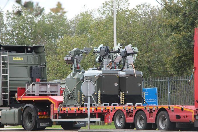 Geen BUK-installatie, maar lampen, op een oplegger die bij het militaire complex Kamp Holterhoek arriveert.