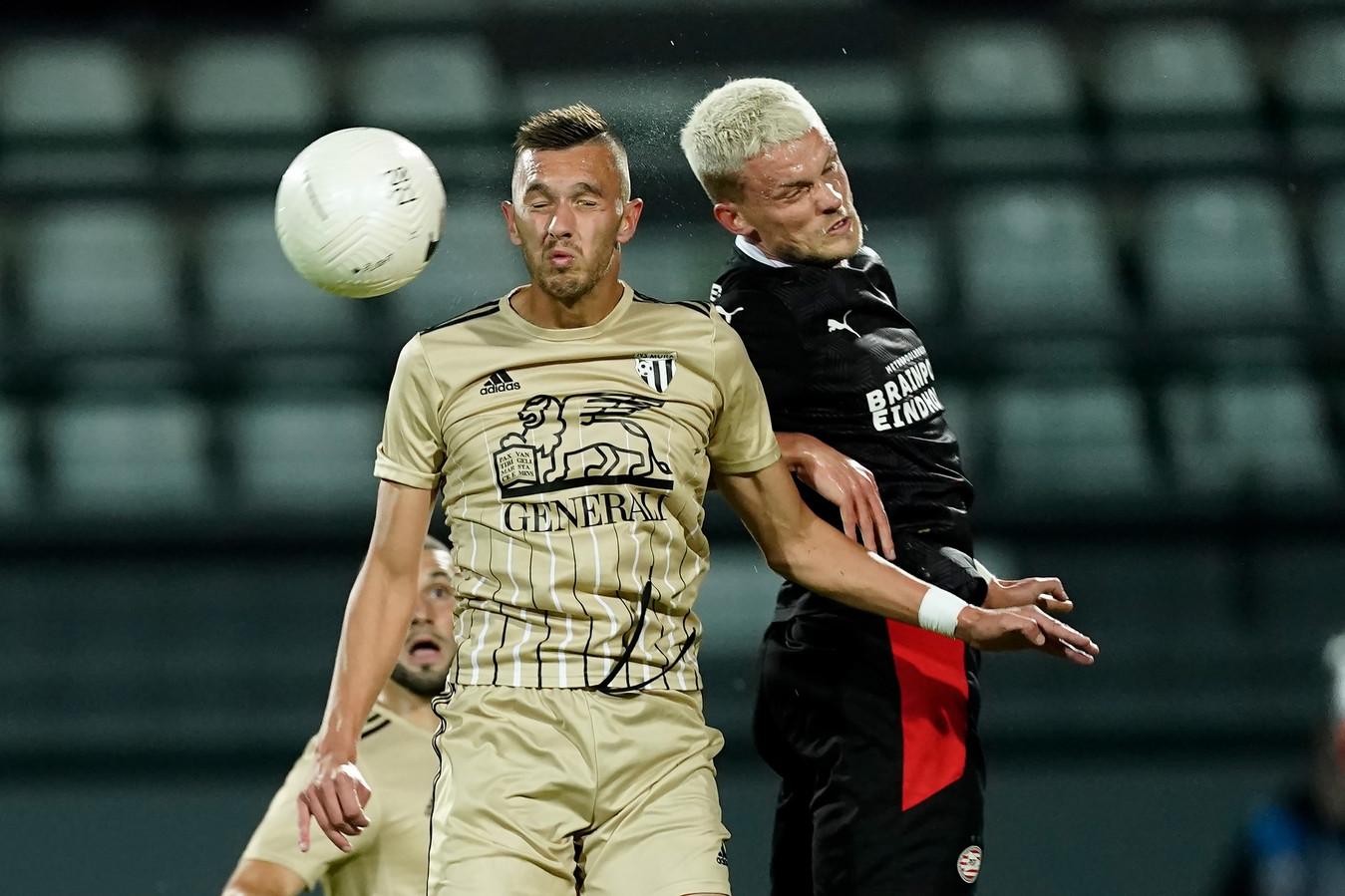 Max van PSV in een duel.