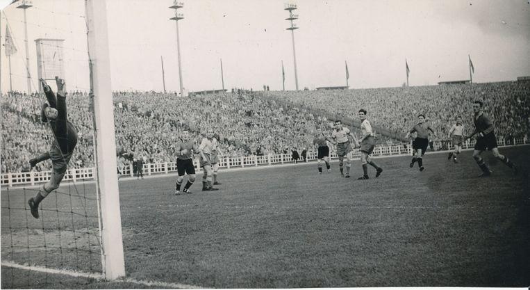 België klopt Zweden met 2-0 na goals van Rik Coppens en Vic Mees en plaatst zich zo voor het WK 1954 in Zwitserland.