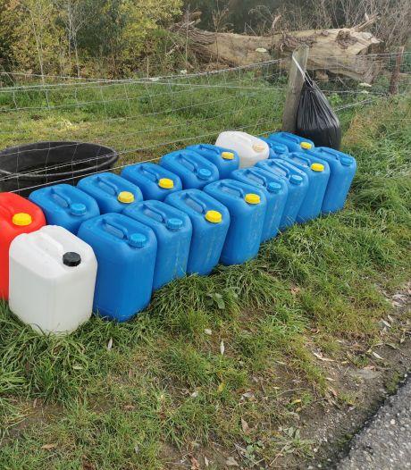 Jerrycans op de dijk in Afferden blijken niet gevuld met drugsafval, maar met water