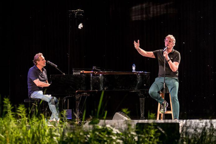 Veldhuis & Kemper tijdens hun tour met 'tussenprogramma' Zonder meer.